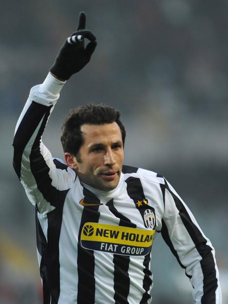 """15. Januara 2007. godine potpisao je ugovor sa torinskim gigantom Juventusom. """"Nisam želeo da idem, ali sam shvatio da je došlo vreme za rastanak. Video sam da neki u klubu i ne žele da ostanem, a Juventus je ponudio fantastičan ugovor na četiri godine. Nisam puno razmišljao i prihvatio sam da odem u Italiju."""" - govorio je Salihamidžić u januaru nakon potpisa ugovora do 2011. godine sa """"Starom damom""""."""